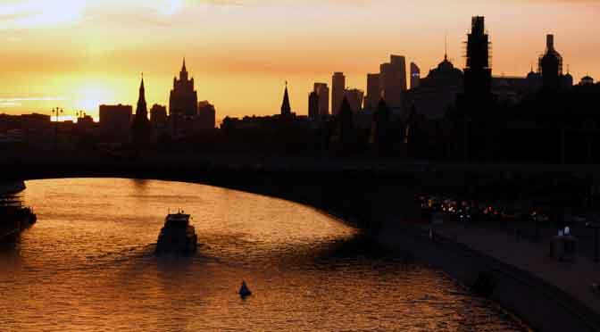 Atardecer sobre el «skyline» de Moscú desde un puente «volador»