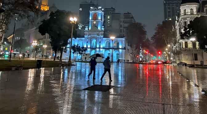 La Plaza de Mayo bajo el modo de visión nocturna del Motorola One Vision