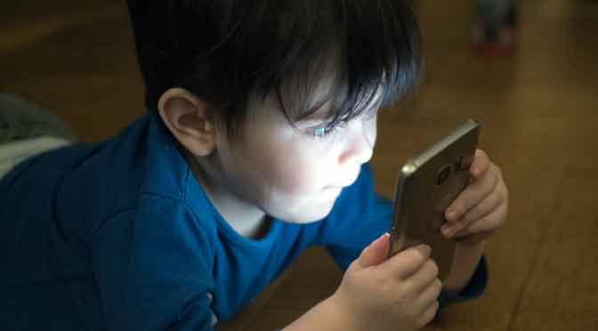 ¿Cuánto tiempo puede navegar un niño en su teléfono móvil?