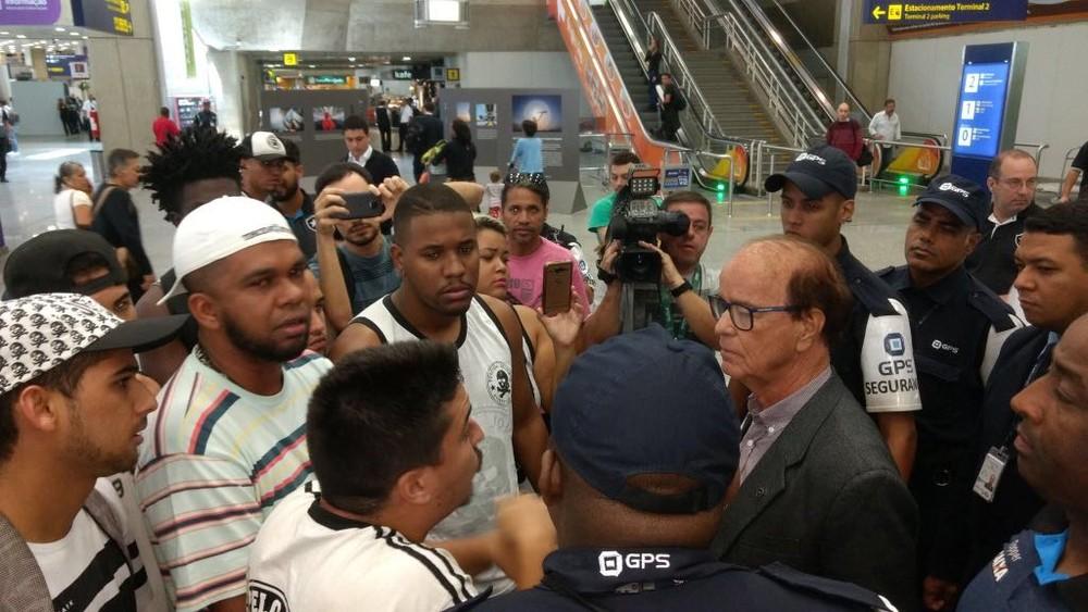 Botafogo desembarca no Rio sob protestos de torcedores
