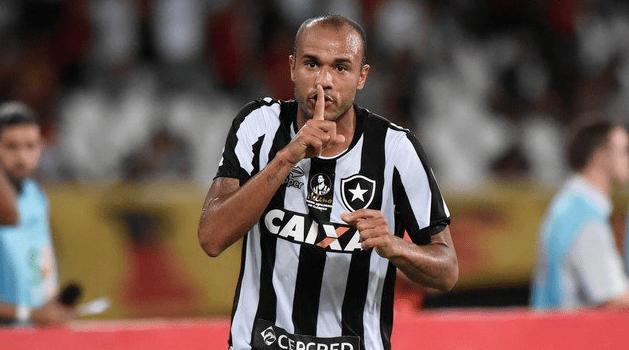 Boa notícia! Atacante Roger é liberado e volta aos treinamentos no Botafogo