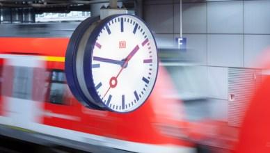 Bahnhofsuhr - Uhr auf einem Bahnsteig im Bahnhof Düsseldorf Flughafen (Foto: © DB AG /Axel Hartmann)
