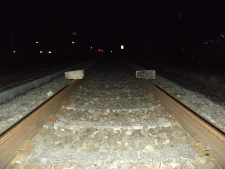 Gefährliche Hindernisse im Gleis: Bundespolizei entdeckt auf Schienenköpfe abgelegte Betonblöcke (Foto: © Bundespolizei)