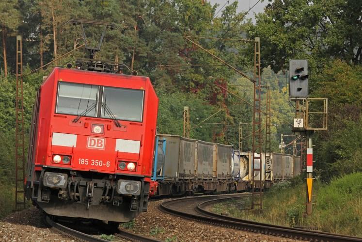 Von Nürnberg Richtung Passau rollt ein Zug des Kombinierten Verkehrs mit Ellok Baureihe 185 von DB Cargo. (Foto: © DB AG)