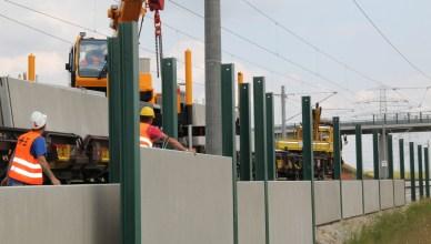 Installation von Lärmschutzwänden auf einer Eisenbahnstrecke. (Foto: © DB AG / Frank Kniestedt)