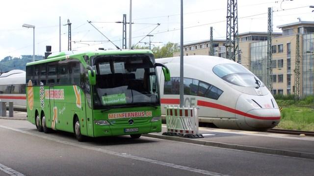 Unlauterer Wettbewerb: Der Fernbus ist von der Maut befreit, während die Bahn zahlt. (Foto: © Allianz pro Schiene)
