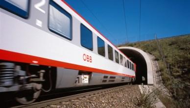 Vorbeifahrt eines Reisezuges der ÖBB. (Foto: © ÖBB)
