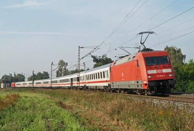 Ein InterCity-Zug mit Elloks der Baureihe 101. (Foto: © DB AG / Claus Weber)