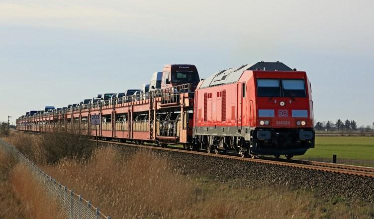 Eine Diesellok der Baureihe 245 der DB fährt mit einem Sylt Shuttle von Westerland/Sylt kommend bei Gotteskoog in Richtung Niebüll. (Foto: © DB AG / Uwe Miethe)