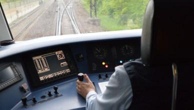 Triebfahrzeugführer im Führerraum eines Zuges. (Foto: © Bahnblogstelle)