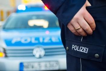 Symbolbild: Polizist vor Polizeiauto. (Foto: © Picture-Factory)