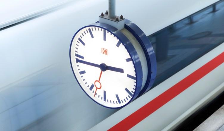 Symbolbild: Bahnhofsuhr an einem Bahnsteig. (Foto: © DB AG / Axel Hartmann)