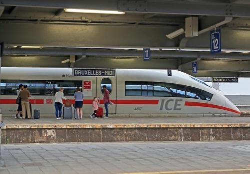 Ein ICE 3, Baureihe 406, steht am frühen Morgen im Bahnhof Brüssel Midi bereit zur Abfahrt nach Frankfurt/Main. (Foto: © DB AG / Uwe Miethe)