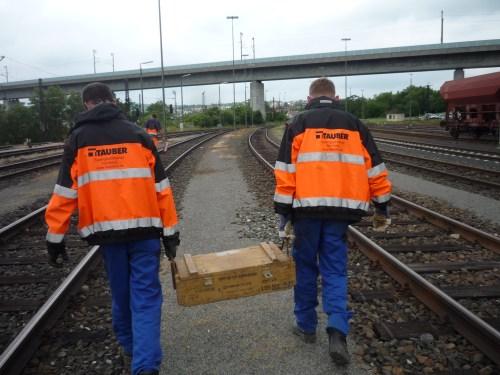 Rangierbahnhof Würzburg-Zell: Mitarbeiter des Kampfmittelräumdienstes mit dem Munitionsfund. (Foto: © Bundespolizei)
