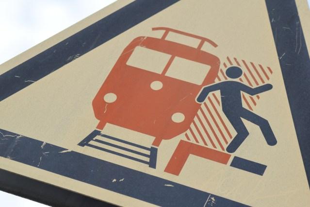 Warnhinweis am Bahnsteig eines Bahnhofs. (Foto: © Bahnblogstelle)