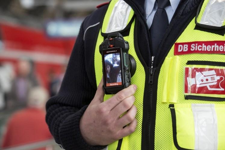 20 Mitarbeiter des DB-Sicherheitspersonals sind seit 9. Februar 2017 in einigen Kölner Zügen mit Körperkameras ausgestattet. (Foto: © DB AG)