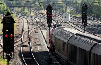 Ein Güterzug bei der Vorbeifahrt am Fahrt zeigenden Signal. Die Hauptsignale in den Nachbargleisen zeigen Halt. (Foto: © DB AG / Wolfgang Klee)