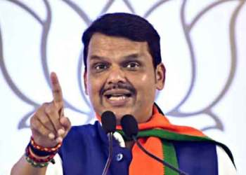 bjp leaders devendra fadnavis and praveen darker reached bkc police station video viral