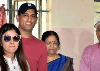 ipl-2021-ms-dhoni-father-and-mother-covid-19-positive-ranchi-hospital-admited