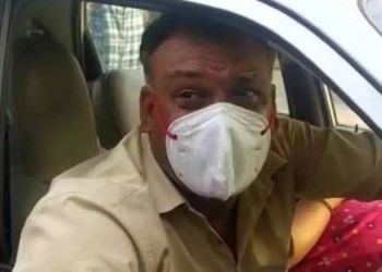 coronavirus-in-madhya-pradesh-bsf-jawan-crying-and-moving-by-car-with-covid-positive-wife-for-bed-in-hospital-at-rewa