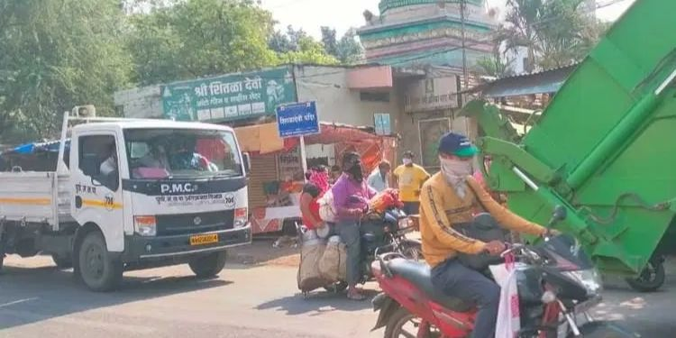 pune-confusion-erupted-when-municipal-corporation-officials-told-to-close-vegetable-shops-on-mahadevnagar-road-at-9-am