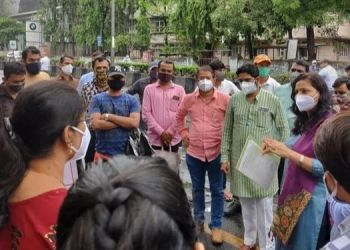 pune-savitri-sanman-foundation-agitates-in-front-of-the-office-of-the-deputy-director-of-education