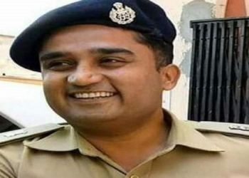 deputy-sp-resigned-after-not-get-leave-for-his-covid-infected-wife-and-daughter-care-in-jhansi