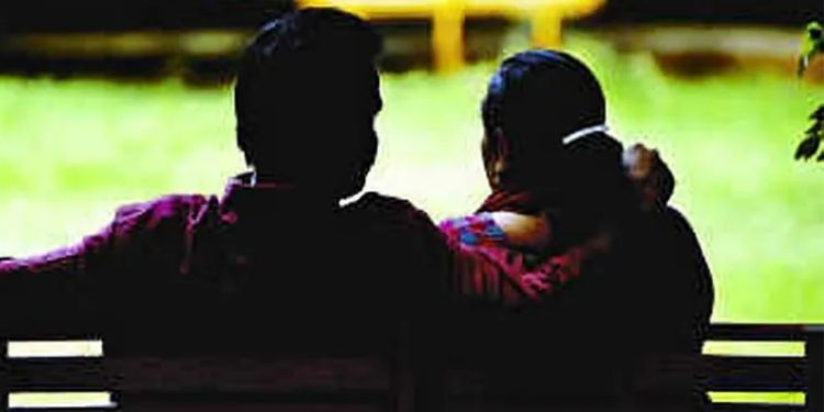 Pune Crime   cury of mutton poured on wife's body on suspicion of having immoral relationship with youth; Incident in Indapur.