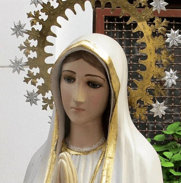 detalle virgen fatima en santuario