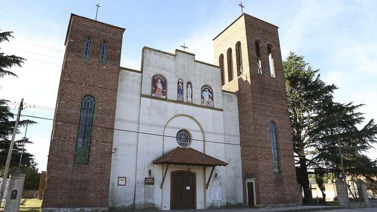 Detalle del frontis de la parroquia de la Colonia Santa María en Coronel Suarez