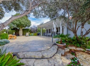 בואו להכיר את הבית הכי מיוחד בקדימה בכפר שמוצע למכירה 👇  בית שטוח על מגרש 750 מ''ר בודד במיקום הכי שקט ומבוקש בכפר
