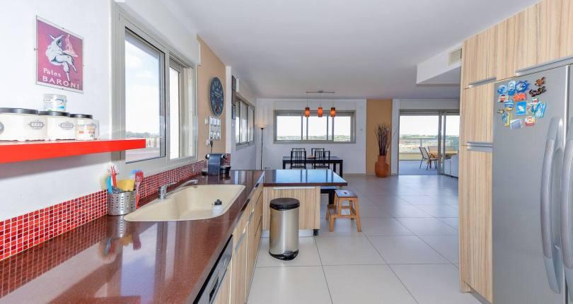 """למכירה ברמת אמיר (צורן), פנטהאוז גדול כ-180 מ""""ר עם נוף ירוק מכל חלון בבית"""