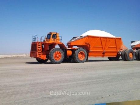Enorme maquinaria transporta la sal en Guerrero Negro, Baja California Sur.