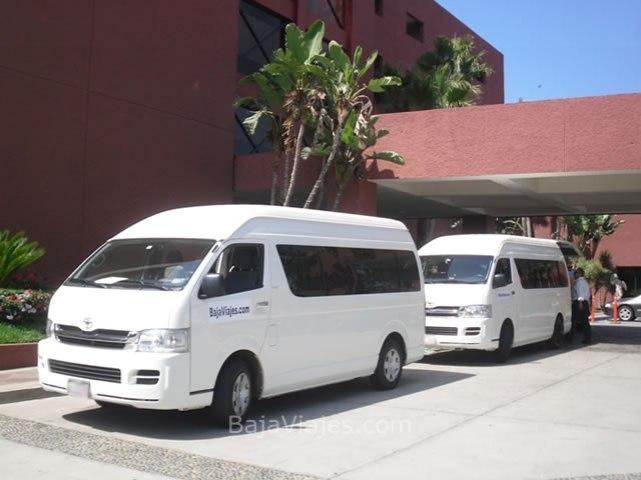 Transporte turístico de lujo tipo van Urvan o Hiace, ideal para tus paseos en Ensenada.