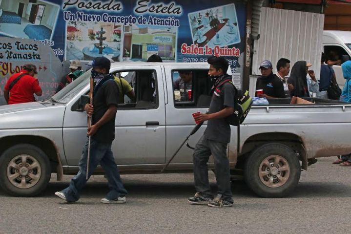 Chilapa Guerrero 10 mayo 2015. Civiles armados recorren la ciudad, después que el día de ayer inrrumpieron en la cabecera municipal de Chilapa en el estado de Guerrero, tomaron el control de la seguridad donde desarmaron a policías municipales. Esta irrumpción se da después de semanas de constantes hechos violentos debido a la lucha que han emprendido desde hace más de un año dos grupos criminales por el control de la plaza, entre ellos el asesinato del candidato del PRI a la alcaldía, Ulises Fabián Quiroz.Foto: Javier Verdin