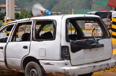 EL vehículo dañado perteneciente al MPG después de haber sido destruido. Foto: Sergio Ferrer