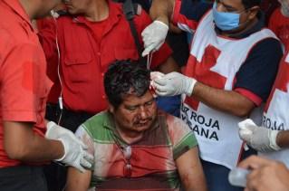 El maestro integrante de la Coordinadora Estatal de Trabajadores de la Educación en Guerrero, Juan Tenorio Galindo mientras era atendido por voluntarios de la Cruz Roja luego de que fuera atacado por un grupo de choque con palos, machetes y piedras, respaldado por Policía Estatal. Foto: Sergio Ferrer