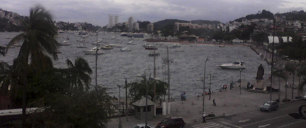 Turisteros de Acapulco se muestran escépticos sobre riesgos de 'Carlos'