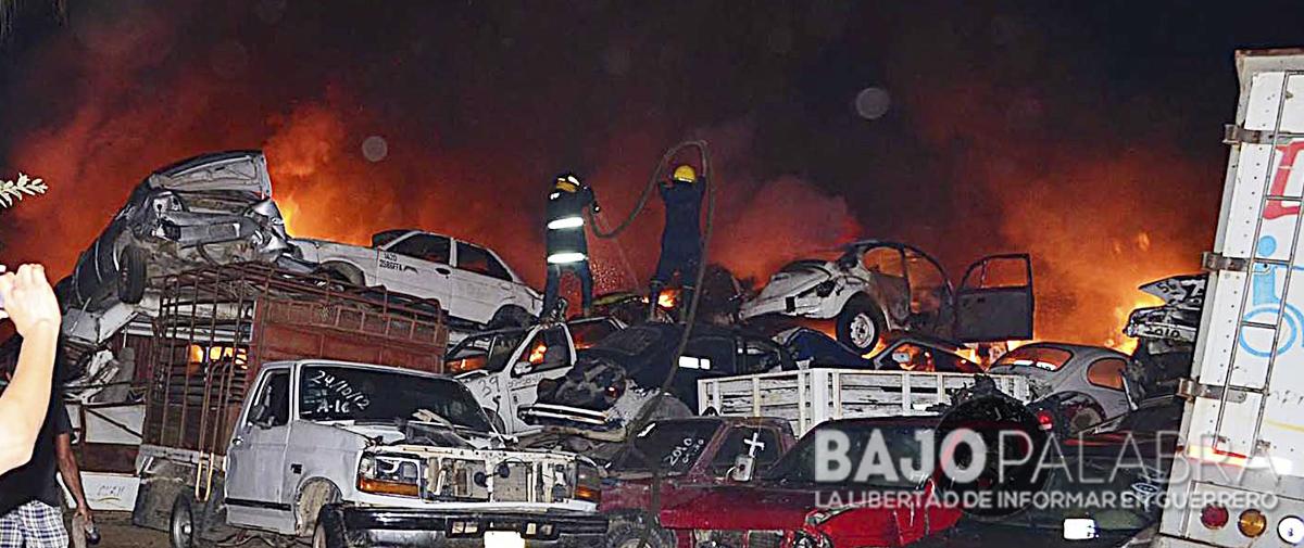 Se incendia corralón de autos en Acapulco