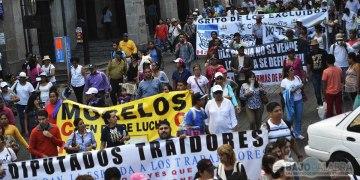 Marchan maestros y colectivos en Cuernavaca 1