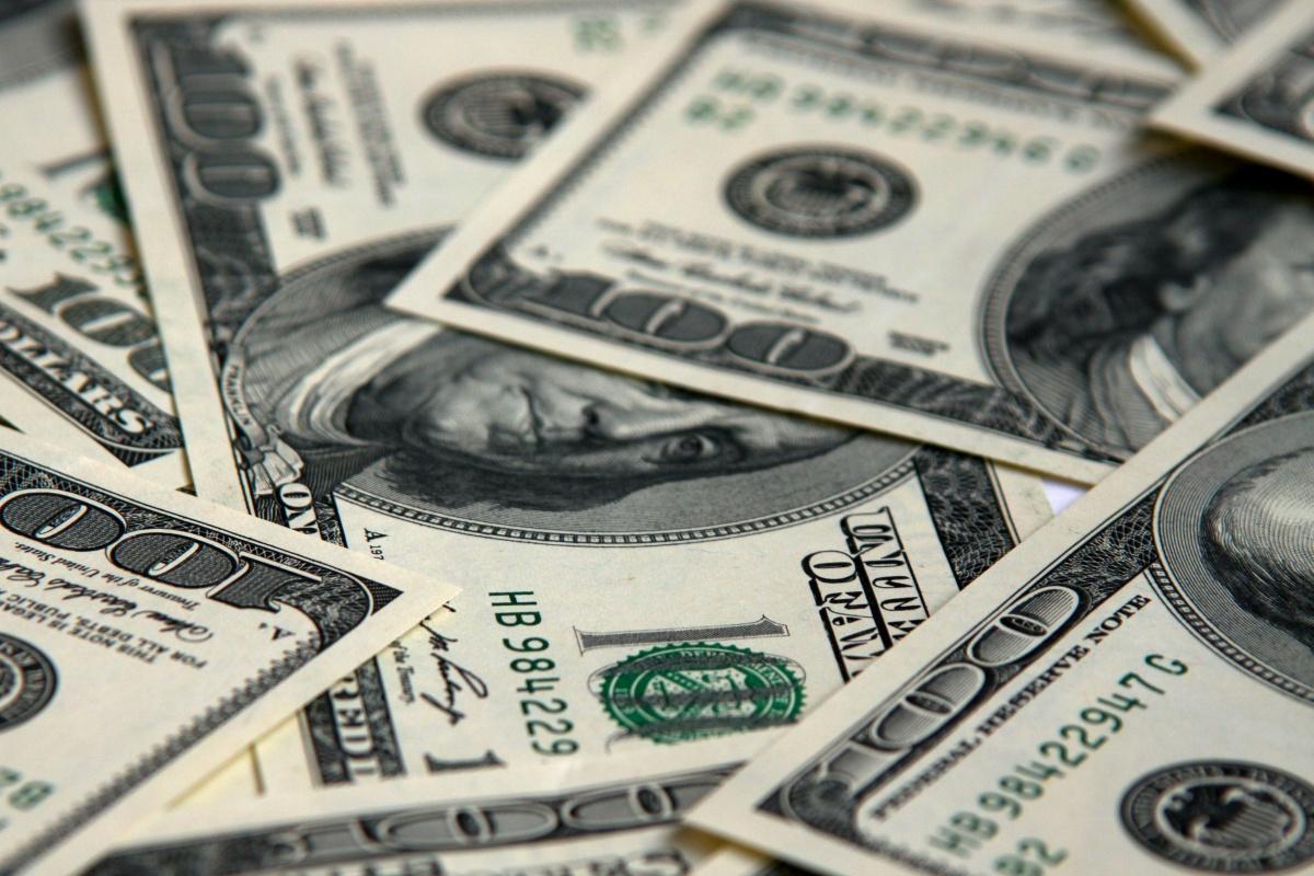 Dólar abre hasta en $18.20 a la venta en bancos