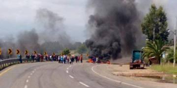 Normalistas agredieron a policías en Tiripetío, Michoacán 3