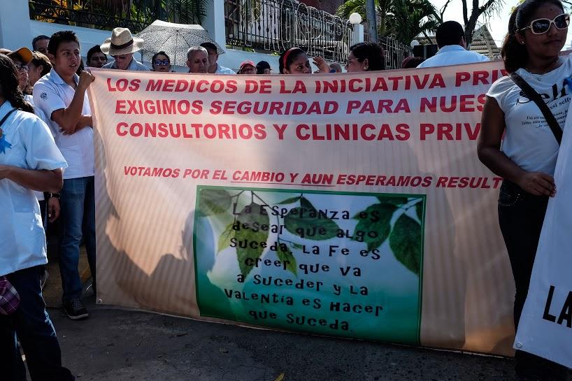 Más de mil 200 marchan por la dignidad de los servicios de salud en Tabasco 8