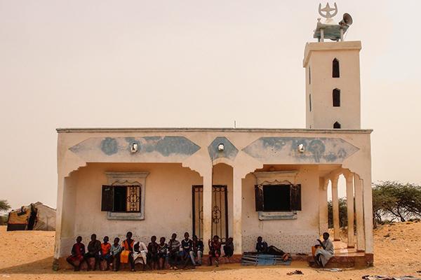 60328022. Nouakchott, Mauritania, 28 Mar. 2016 (Notimex-Luca Pistone).- En Mauritania hay una antigua y controvertida tradición que establece que la privación de libertad se transmite por vía matriarcal. De esta manera, los niños nacidos como resultado de violaciones perpetradas por la etnia dominante son propiedad del amo violador. Único país en el mundo que no tenía una legislación adecuada contra la esclavitud. Ahora que la tiene, resulta que a menudo las leyes no bastan para eliminar tales prácticas anacrónicas. NOTIMEX/FOTO/LUCA PISTONE/COR/HUM/
