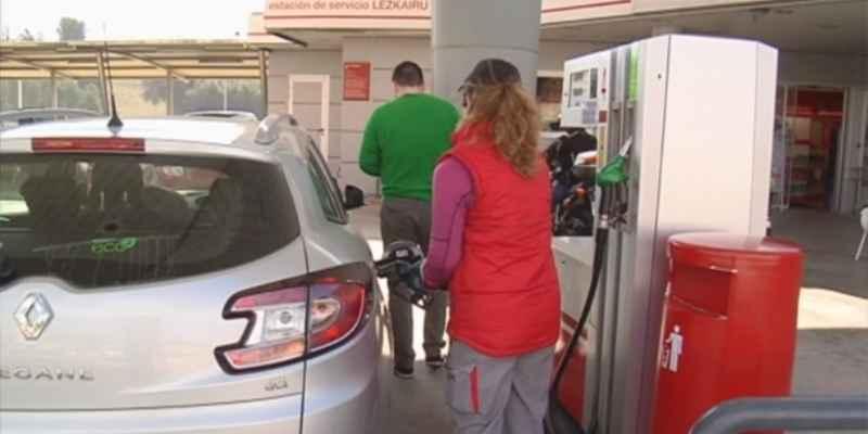 Francia sufre escasez gasolina por huelga en refinerías