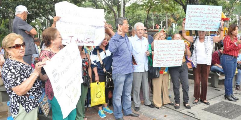 Jubilados venezolanos exigen a Maduro aprobar bonos de alimentación