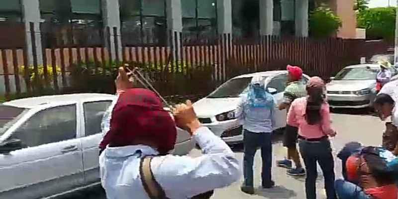 CETEG bloquea calles en Chilpancingo; lanzan huevos contra Congreso