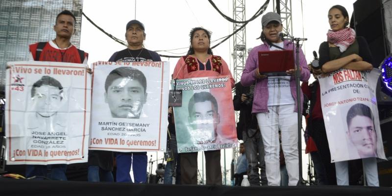 Padres de los 43 pedirán la salida de Zerón del CNS
