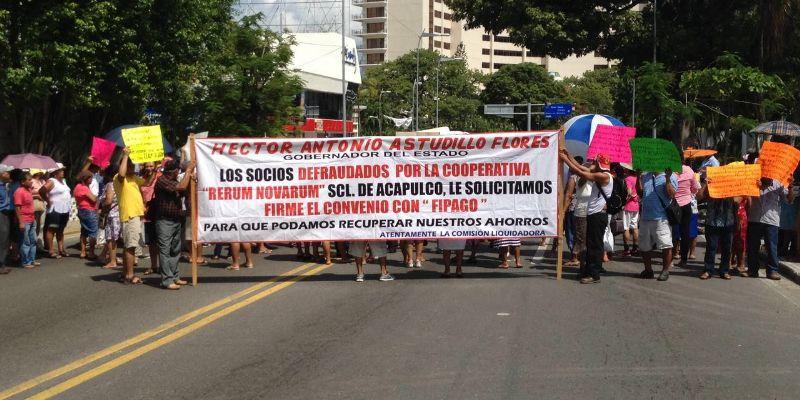 Defraudados bloquean avenida Costera de Acapulco