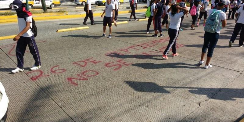 Bloquean normalistas la Costera de Acapulco por Ayotzinapa